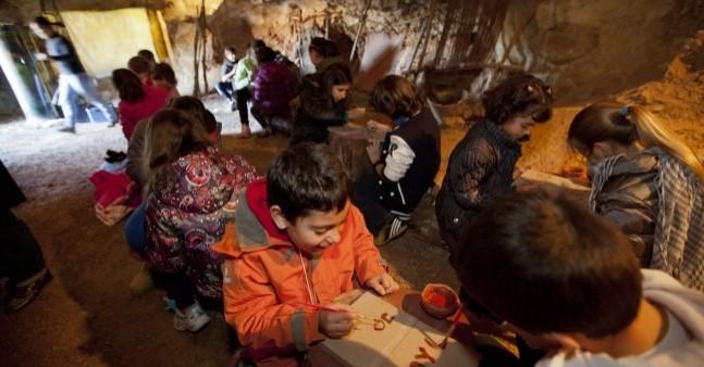Taller de Prehistoria para niños en las Cuevas de la Espluga de Francolí